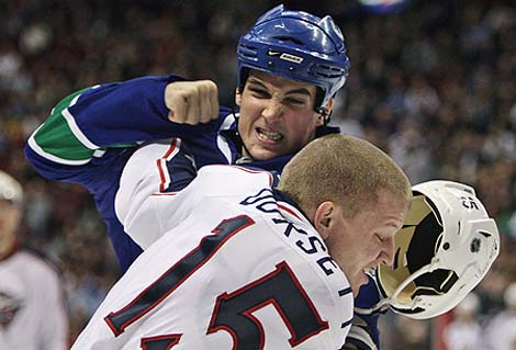Shane O'Brien beats up Derek Dorsett